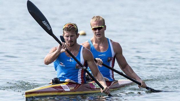 Deblkajakáři Jakub Špicar (vpředu) a Jakub Zavřel v Račicích během přípravy na mistrovství světa.