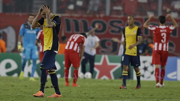 Zklamaný útočník Atlétika Madrid Mario Mandzukič (vlevo) po porážce na hřišti Olympiakosu.