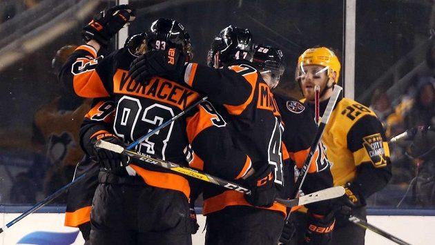 Jakub Voráček oslavuje se spoluhráči branku do sítě Pittsburghu.