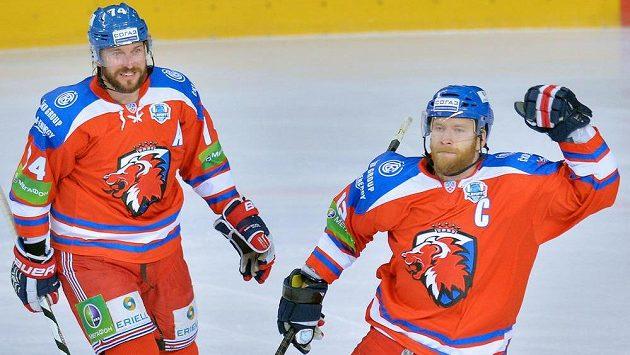 Útočník Lva Praha Jiří Novotný (vpravo) a obránce Nathan Oystrick se radují z gólu.