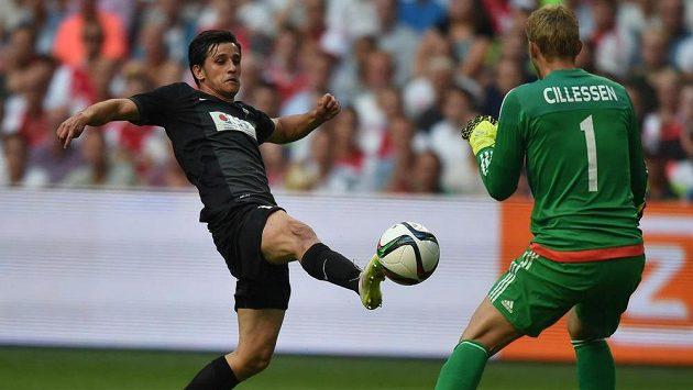 Vlevo Ruslan Mingazov z Jablonce v šanci před brankářem Ajaxu Jasperem Cillessenem.