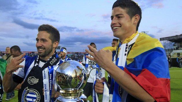 Záložník Joao Moutinho (vlevo) a jeho spoluhráč James Rodríguez se radují ze zisku portugalského titulu. Teď oba hráči míří do Monaka.