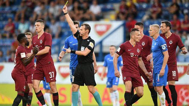 Fotbalista Sparty Guélor Kanga právě dostal žlutou kartu od rozhodčího Královce ve finále MOL Cupu.