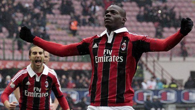 Útočník AC Milán Mario Balotelli slaví gól.