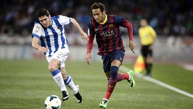 Zaluda z Realu Sociedad (vlevo) stíhá Neymara z Barcelony.