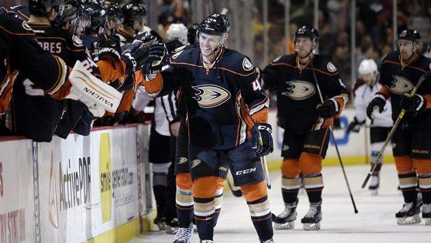 Hokejista Jiří Sekáč po svém první gólu za Anaheim, který shodou okolností vstřelil také proti Coloradu.