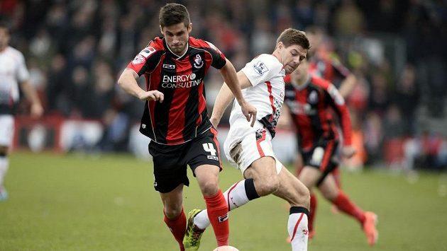Záložník Liverpoolu Steven Gerrard v souboji o míč s Andrew Surmanem z Bournemouthu.