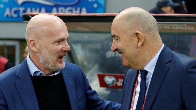 Kouč Kazachstánu Michal Bílek (vlevo) a ruský trenér Stanislav Čerčesov před utkáním kvalifikace ME.