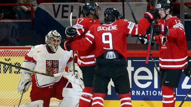 Kanaďané Eric Staal (vpravo), Matt Duchene (9) a Wayne Simmonds slaví vedoucí gól v duelu proti ČR. Vlevo brankář Ondřej Pavelec.