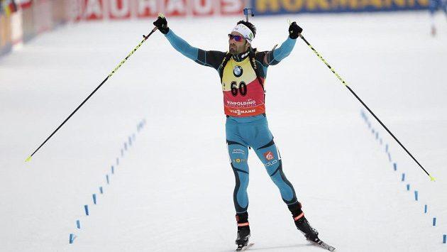 Francouz Martin Fourcade oslavuje triumf ve sprintu v Ruhpoldingu.