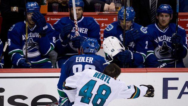 Žralok Tomáš Hertl byl hlídán v utkání ve Vancouveru na každém kroku. V tvrdém souboji s Alexanderem Edlerem přišel o helmu.