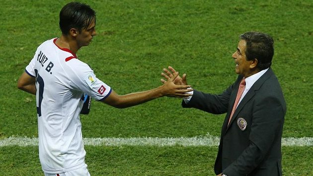 Bryan Ruiz (vlevo) a kolumbijský trenér Kostariky Jorge Luis Pinto během úvodní výhry Los Ticos 3:1 nad Uruguayí.
