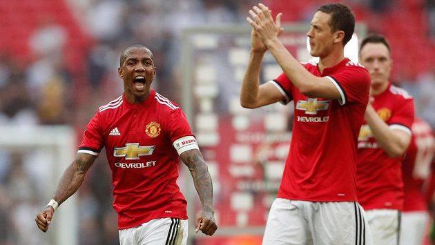 Fotbalisté Manchesteru United Ashley Young (vlevo) a Nemanja Matič oslavují pohárový triumf nad Tottenhamem.