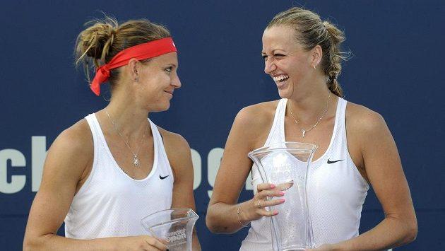 Petra Kvitová (vpravo) po výhře nad krajankou Lucií Šafářovou ve finále turnaje v New Havenu.
