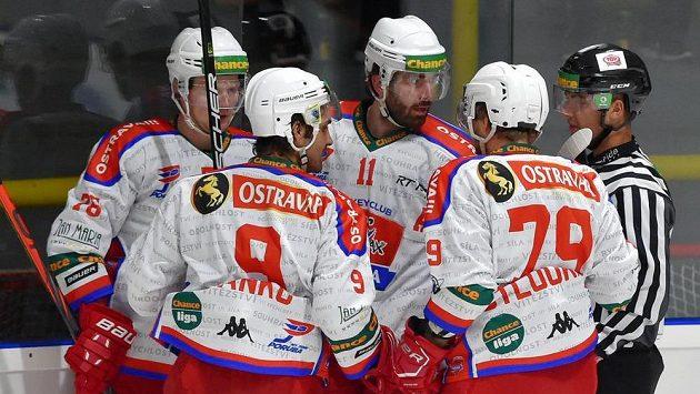 Hráči Poruby se radují z gólu proti Sokolovu.