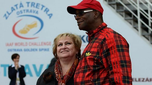 Olympijský vítěz Bob Beamon a Věra Čáslavská během 52. ročníku atletického mítinku Zlatá tretra v Ostravě.