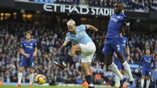 Sergio Agüero z Manchesteru City dává svůj třetí gól proti Chelsea.