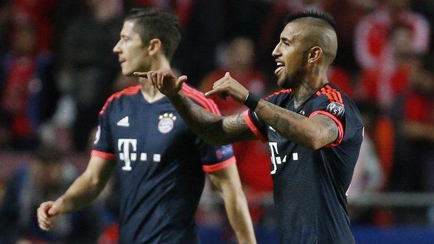 Robert Lewandowski (vlevo) a Arturo Vidal z Bayernu se radují poté, co dovedli odvetu s Benfikou do postupového konce.