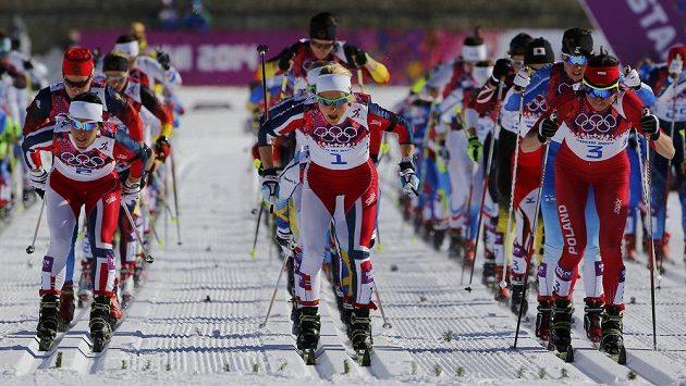 Start skiatlonu žen. Eva Vrabcová-Nývltová je ukrytá v hloubi pole, nakonec oslaví jedenácté místo.
