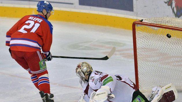 Jakub Klepiš ze Lva proměňuje jeden ze svých tří úspěšných samostatných nájezdů proti Rize.