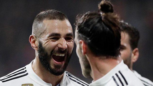 Karim Benzema (vlevo) a Gareth Bale se radují po třetí brance Realu proti Plzni.
