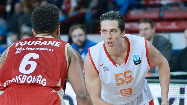 Axel Toupane ze Štrasburku (vlevo) a Tomáš Pomikálek z Nymburku v utkání osmifinále Evropského poháru basketbalistů.