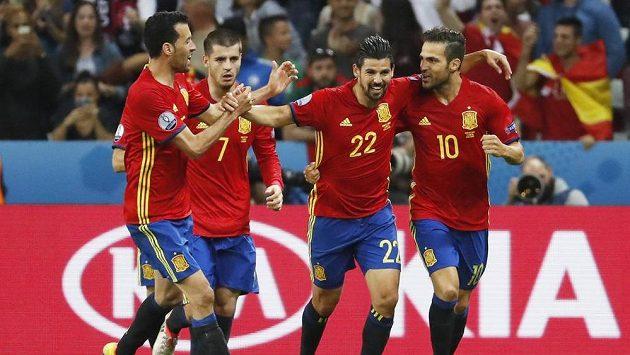 Zleva Sergio Busquets, Álvaro Morata, úspěšný střelec Nolito a Cesc Fábregas oslavují gól proti Turecku.