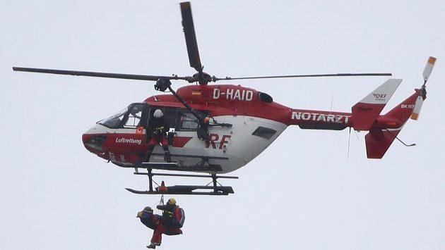 Zraněnou americkou sjezdařku Jacqueline Wilesovou převáží vrtulník do nemocnice.