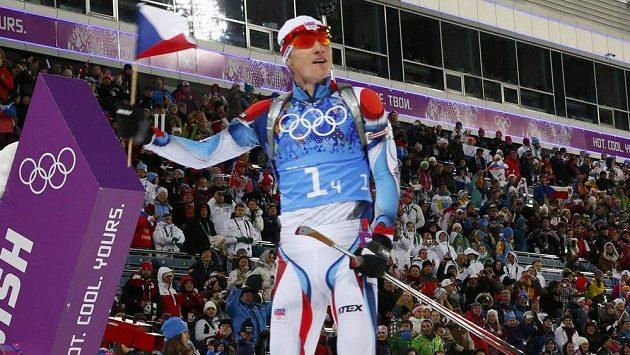 Biatlonista Ondřej Moravec dovezl českou smíšenou štafetu do cíle na stříbrné příčce.