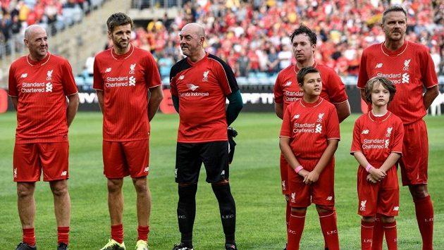 Bruce Grobbelaar (uprosřed) při exhibičním zápasu Liverpoolu.