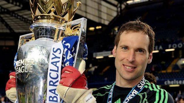Petr Čech se v dresu Chelsea radoval ze zisku mnoha trofejí, teď jej možná čeká netradiční přípravný zápas.