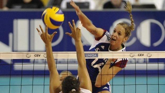 Helena Havelková smečuje přes Galit Devašovou z Izraele v utkání Evropské ligy volejbalistek v Brně