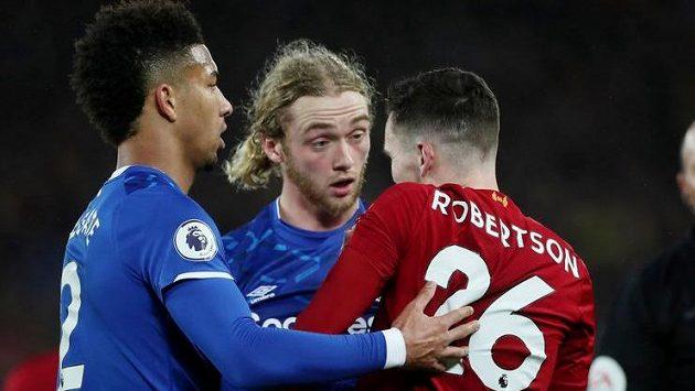 Záložník Evertonu Tom Davies diskutuje s obráncem Liverpoolu Andrewem Robertsonem během 15. kola Premier League