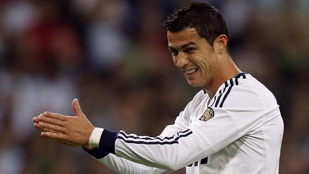 Cristiano Ronaldo z Realu Madrid si mne ruce během utkání s Deportivem La Coruňa.