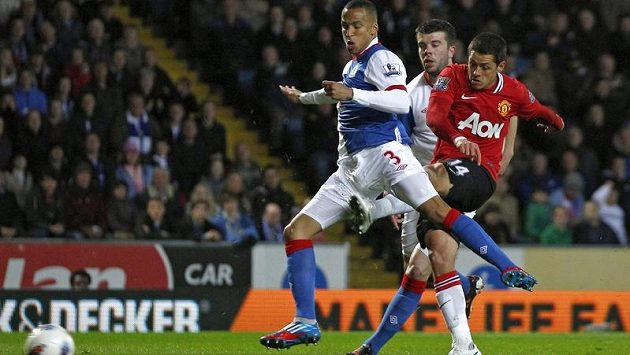 Javier Hernandez (vpravo) z Manchesteru United střílí podél Martina Olssona z Blackburnu.