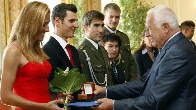 Prezident Václav Klaus přivítal na Pražském hradě medailisty z olympiády v Londýně. Na snímku gratuluje zlaté veslařce Mirce Knapkové.