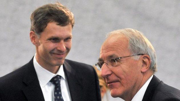 Novým předsedou byl zvolen šéf veslařů Jiří Kejval (vlevo), po šestnácti letech tak nahradí v čele českého vrcholného sportovního orgánu Milana Jiráska (vpravo).