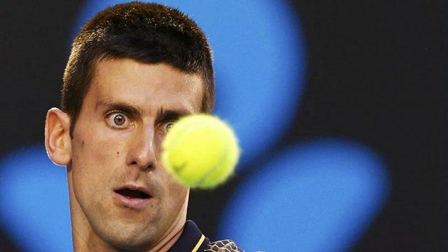 Světová jednička Novak Djokovič sleduje míček v semifinále Australian Open.