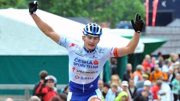 Cyklista Pavel Boudný se raduje v cíli z vítězství v Mistrovství ČR v cross country horských kol.