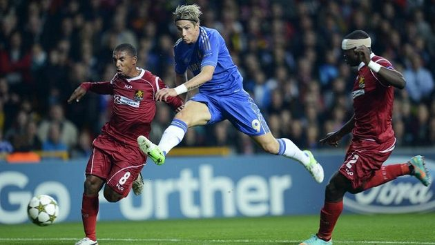 Útočník Chelsea Fernando Torres střílí na branku Nordsjaellandu za asistence Patricka Mtiligy a Jorese Okoreho