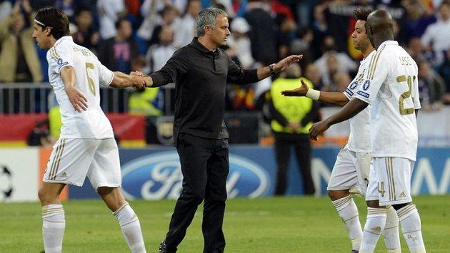 Trenér Mourinho gratuluje svým svěřencům Sami Khedirovi (vlevo), Marcelovi a Lassanu Diarovi.