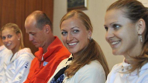 Trenér Petr Pála (druhý zleva) a tenistky (zleva) Andrea Hlaváčková, Petra Kvitová a Lucie Šafářová v Ostravě před semifinálovým utkáním tenisového Fed Cupu s Itálií.