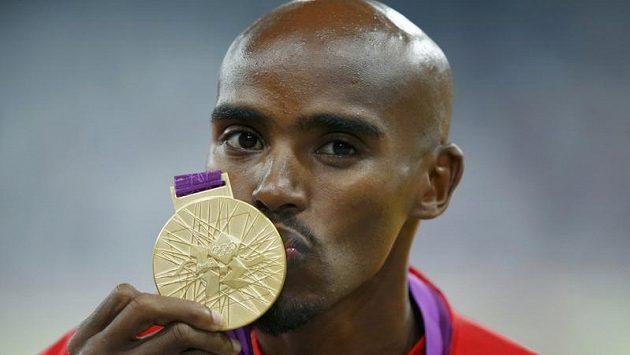 Mo Farah líbá zlatou medaili za vítězství v běhu na 5000 metrů.