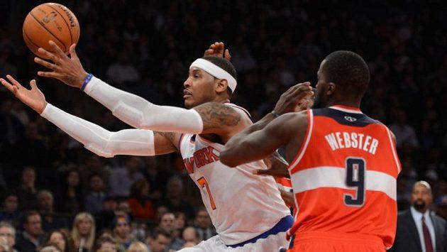 Na vítězství New Yorku se dvaceti body podílel Carmelo Anthony (vlevo).