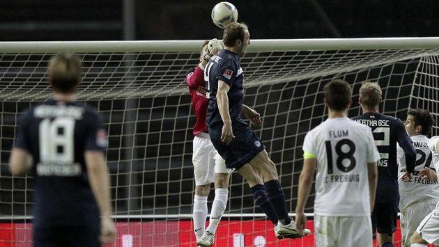 Obránce Herthy Roman Hubník dává gól do sítě Freiburgu.