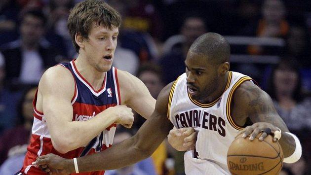 Antawn Jamison z Clevelandu (vpravo) je bráněný Janem Veselým z Washingtonu Wizards.