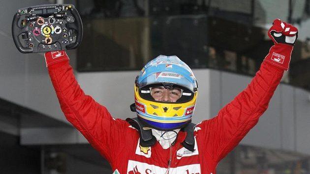 Španěl Fernando Alonso se raduje z triumfu na Velké ceně Malajsie.