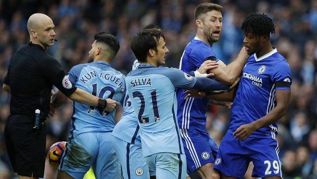 Divoká strkanice v závěru utkání mezi Chelsea a Manchesterem City.