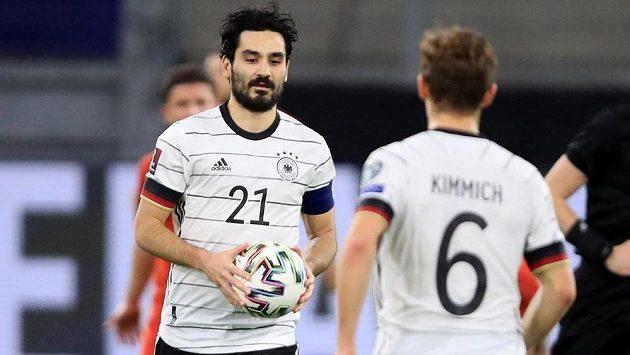 Fotbalista Německa Ilkay Gundogan sice slaví gól proti Severní Makedonii, nakonec ale Němci v utkání kvalifikace MS 2022 prohráli.