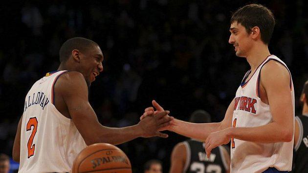 Basketbalisté New York Knicks Langston Galloway (vlevo) a Alexej Šved.